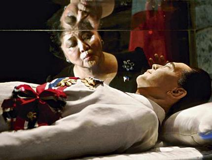 Imelda-kisses-coffin-of-ferdinand-marcos1